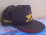topi pramuka dengan logo sesuai tingkatan dan kelompok